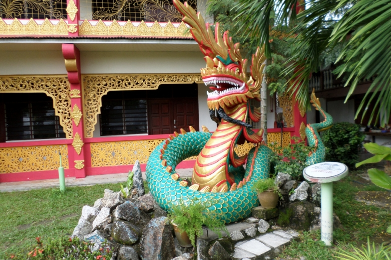 Дракон на входе в китайский храм