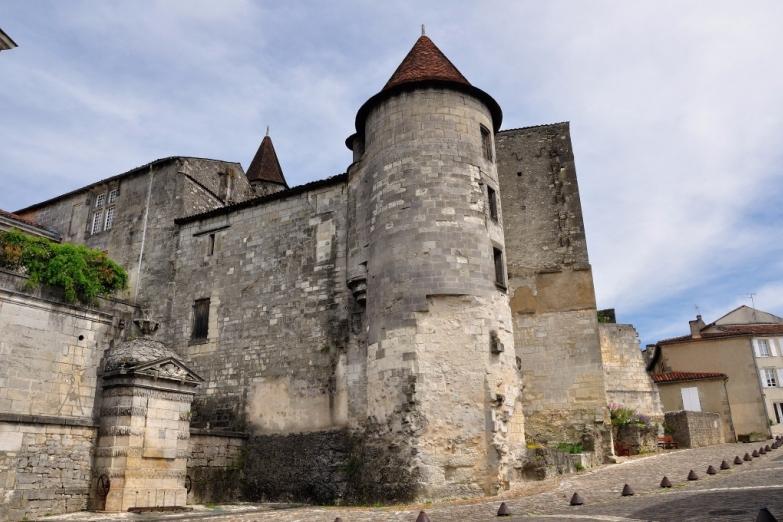 Замок Валуа в Коньяке