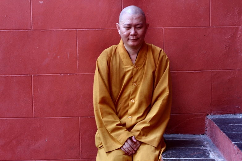 Медитирующий монах на площади Стадхюйс