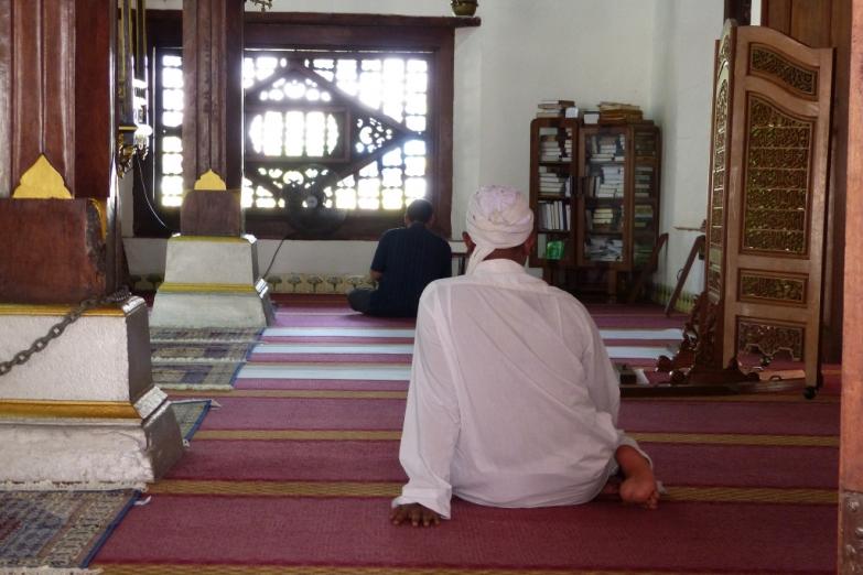Отдых после намаза в мечети Селат Мелака