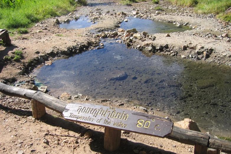 Ручей с горячей водой возле Tha Pai Hotspring