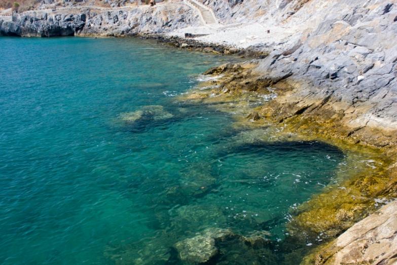 Море вокруг Ко Сичанга чистое, но берега каменистые