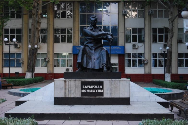 Памятник герою Великой Отечественной - Бауыржану Момышулы