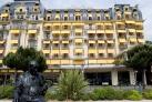 Памятник Набокову на фоне отеля Montreux Palace