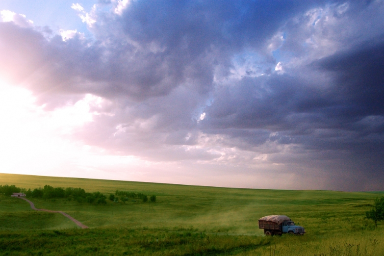 Дорога в поле в окрестностях города
