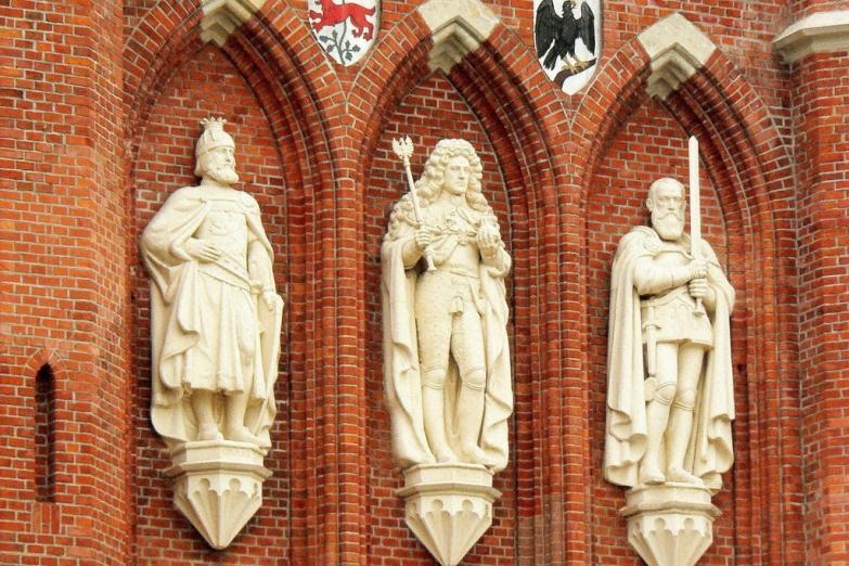Скульптуры на Королевских воротах в Калининграде
