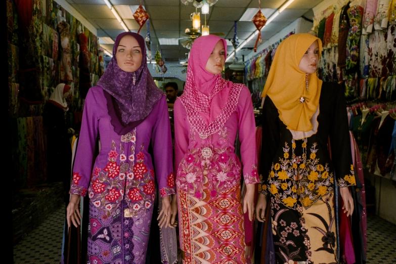 Наряды местных модниц