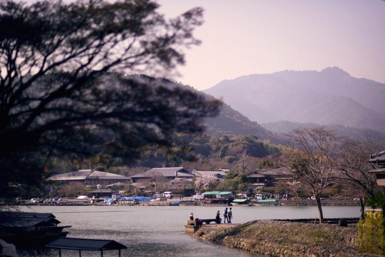На берегу реки в районе Арасияма