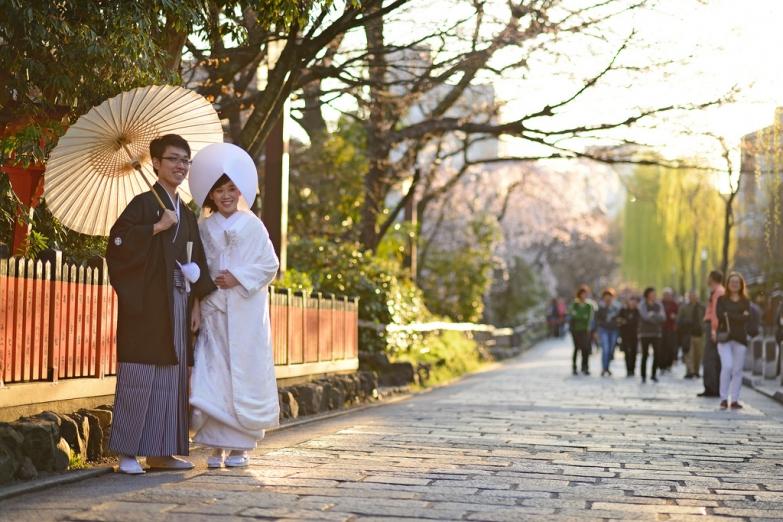 Молодожены в традиционных костюмах