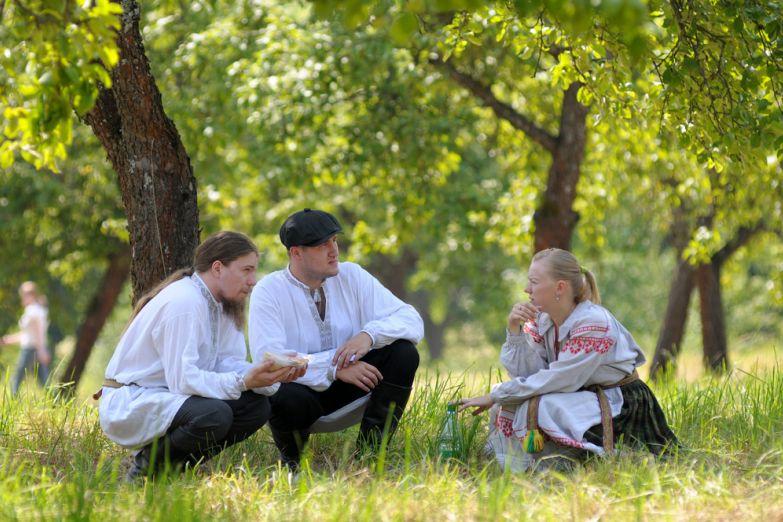 Белорусы в национальных костюмах