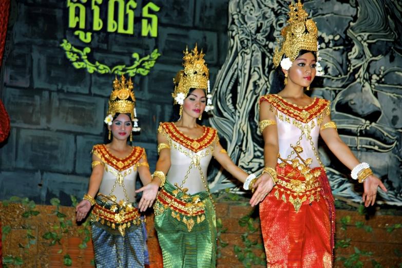 Девушки в традиционных костюмах