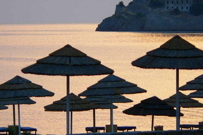 Пляжные зонтики на закате