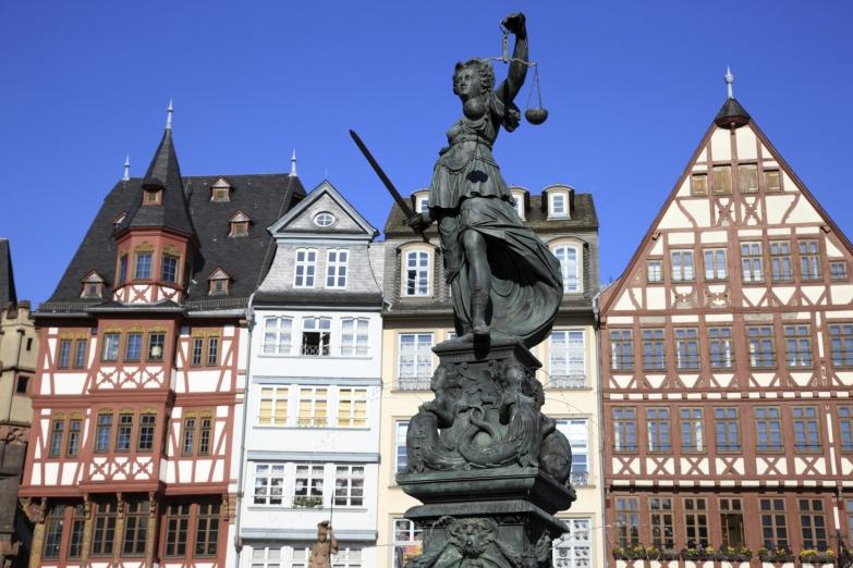 Статуя богини правосудия на площади Рёмерберг