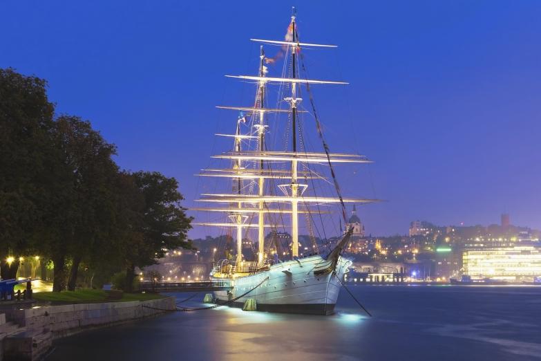 Традиционный корабль, пришвартованный в парке
