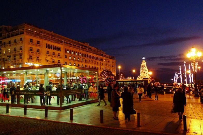 Ночная площадь во время кинофестиваля