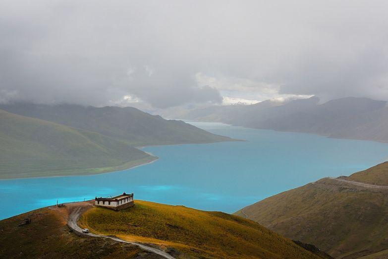 Монастырь на берегу озера