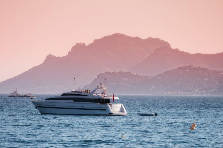 Яхта на фоне побережья