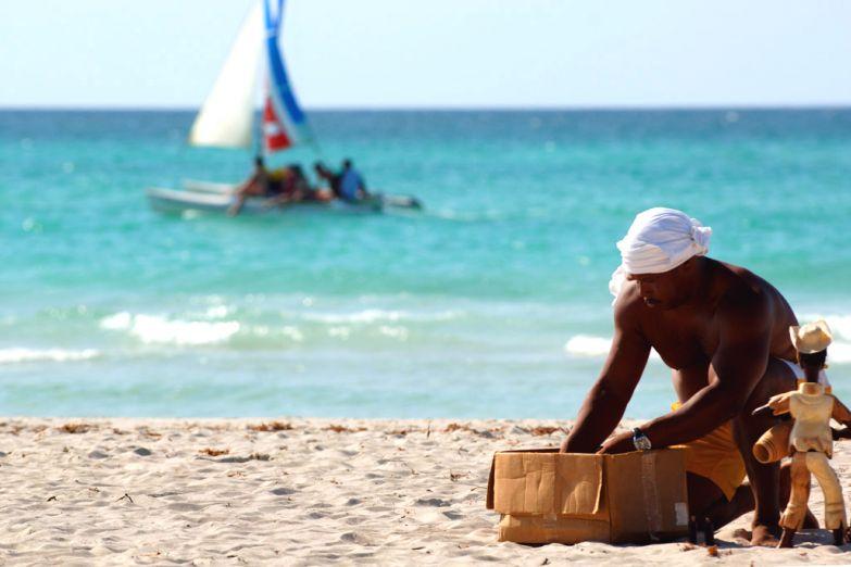 Торговец сувенирами на пляже