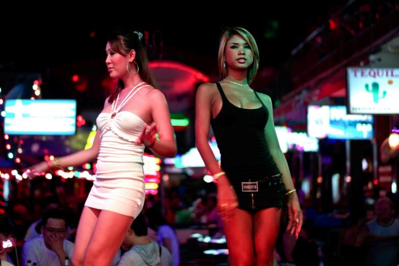 Танцовщицы на улице Бангла