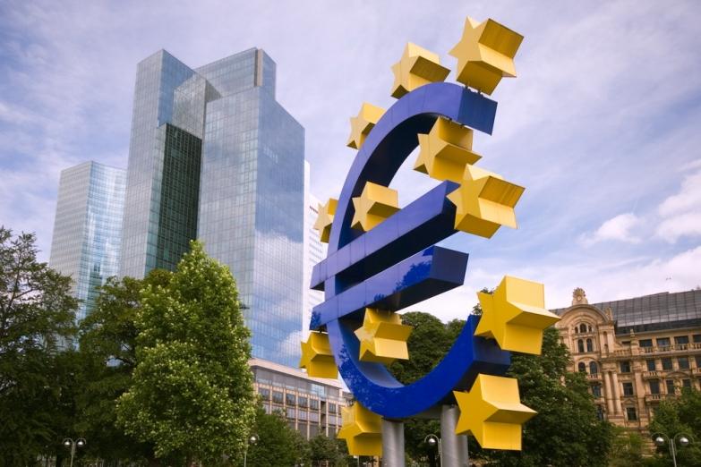 Памятник евро перед зданием Европейского центрального банка