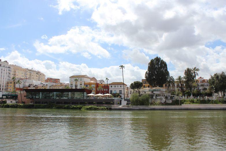 Вид с реки на район Триана
