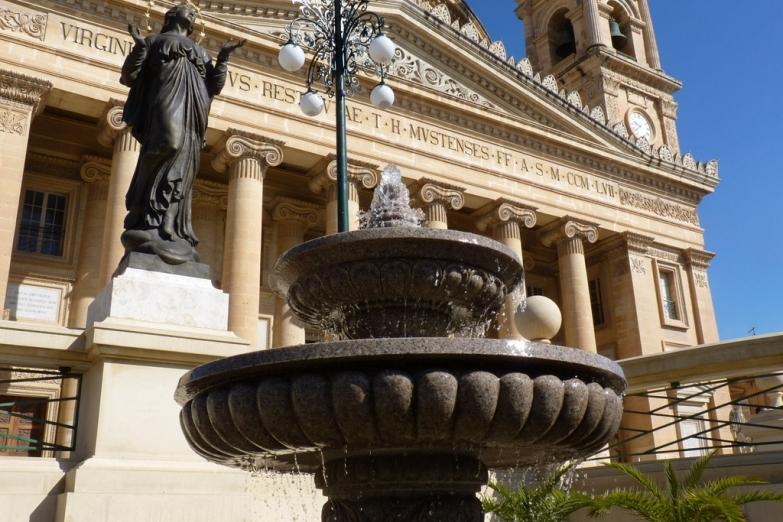 Перед собором Ротонда Успения Богородицы в Мосте