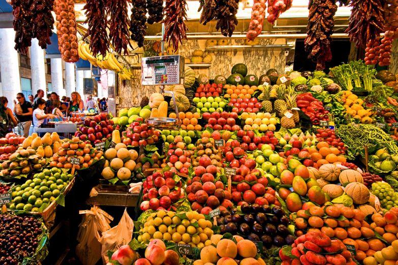 Яркие прилавки рынка Бокерия
