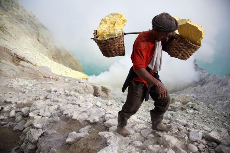 Добыча серы в вулкане Кава Иджен на Яве