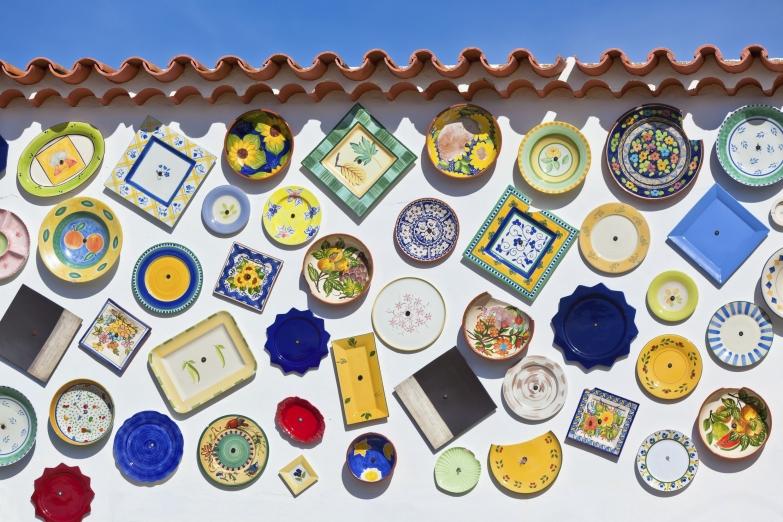 Оформление стены традиционной керамикой