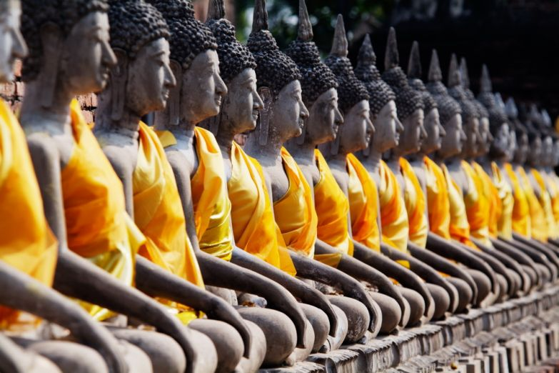 Будды в храме Wat Yai Chai Mongkol в Аюттайе