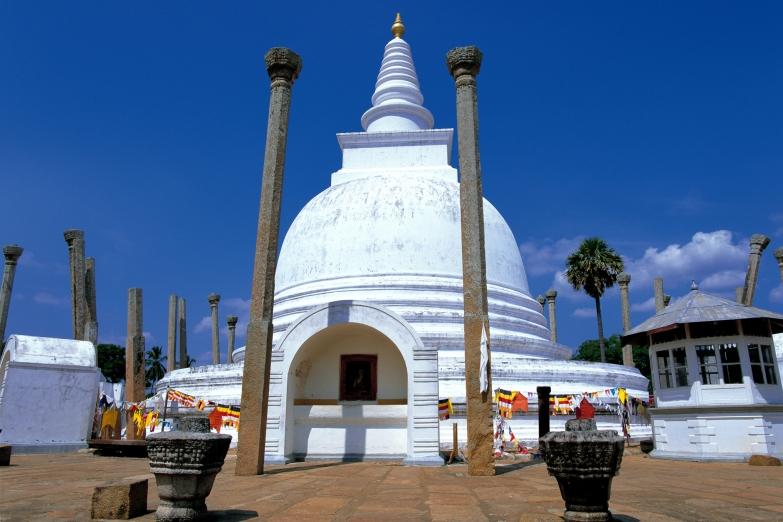 Великая ступа в древнем городе Анурадхапура