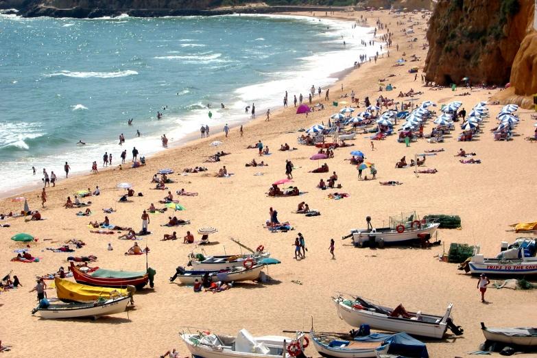 Океан у пляжей Лиссабона довольно прохладный