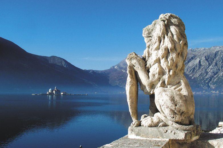 Статуя льва на берегу Которского залива