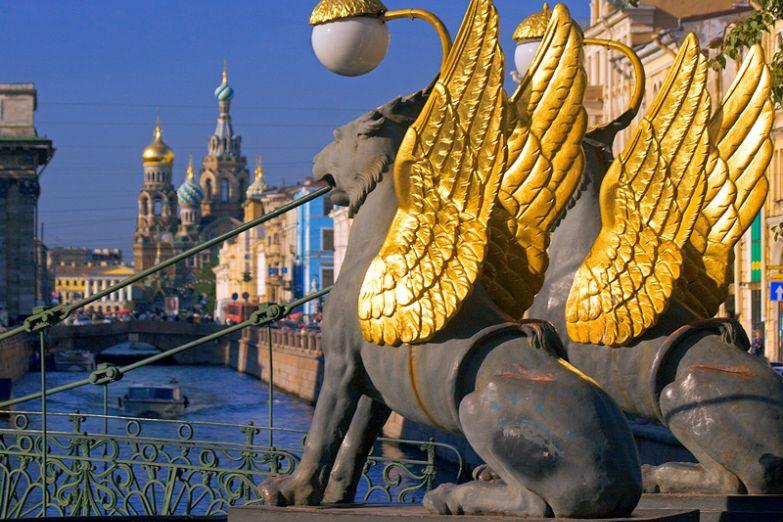 Мост с крылатыми львами в Петербурге