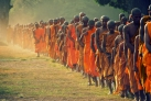 Монахи идут в храм на утреннюю молитву
