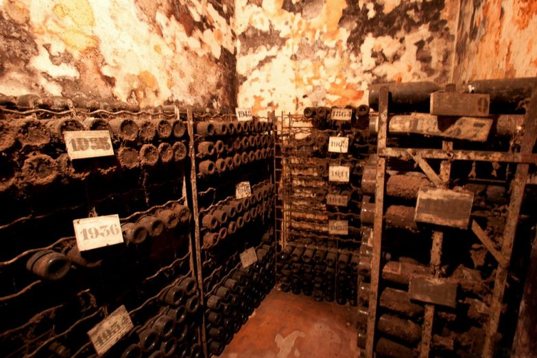 Винный погреб, где хранятся вина столетней выдержки