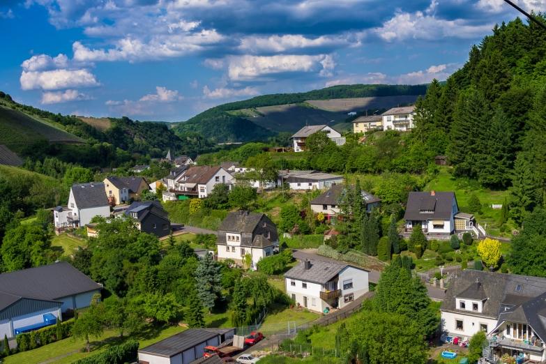 Город Саарбург в долине реки Мозель