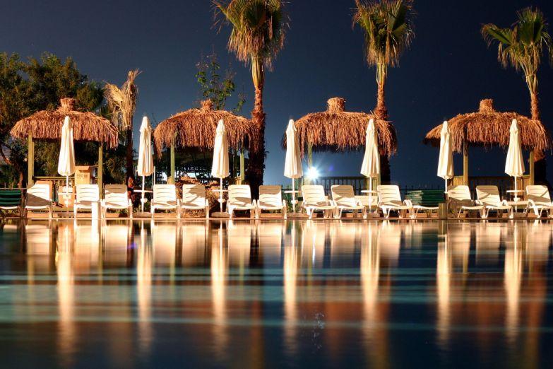 Ночной бассейн в Алании