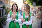 Девушки в традиционных нарядах