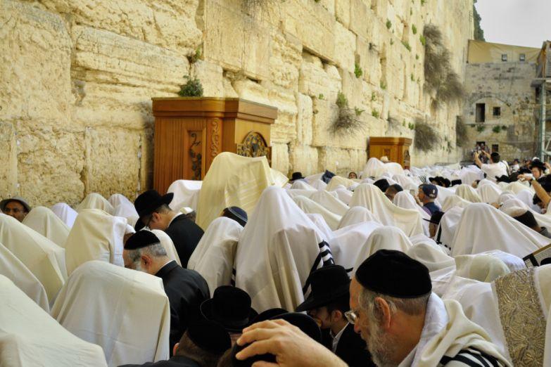 Молящиеся у Стены Плача