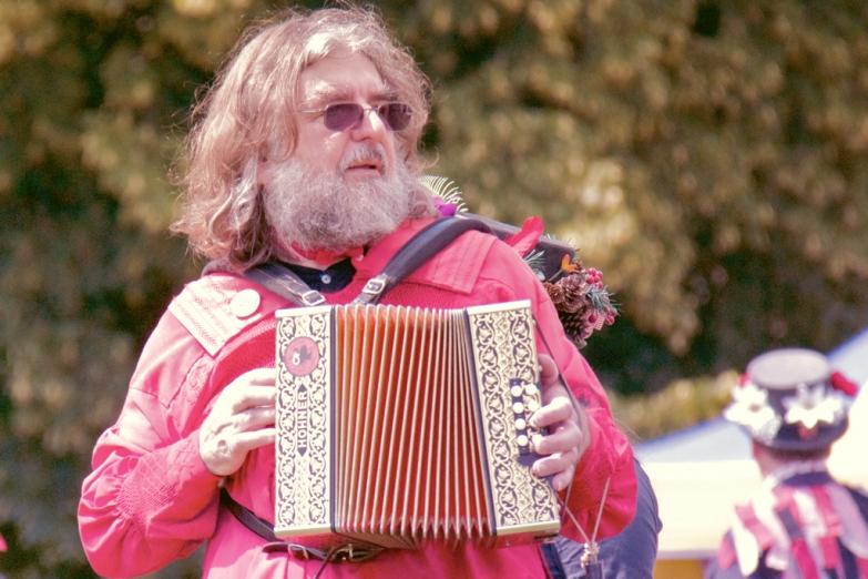Традиционный музыкант на деревенском празднике