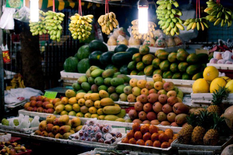 Свежие фрукты на рынке