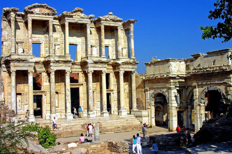 Развалины древнего храма в Сиде