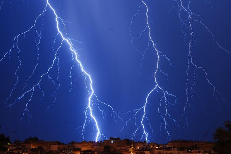 Разряд молнии над Салониками