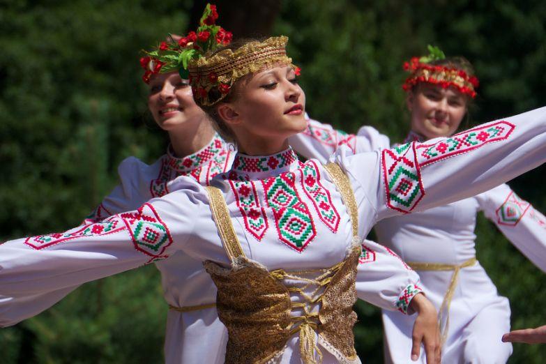 Девушки в белорусских костюмах