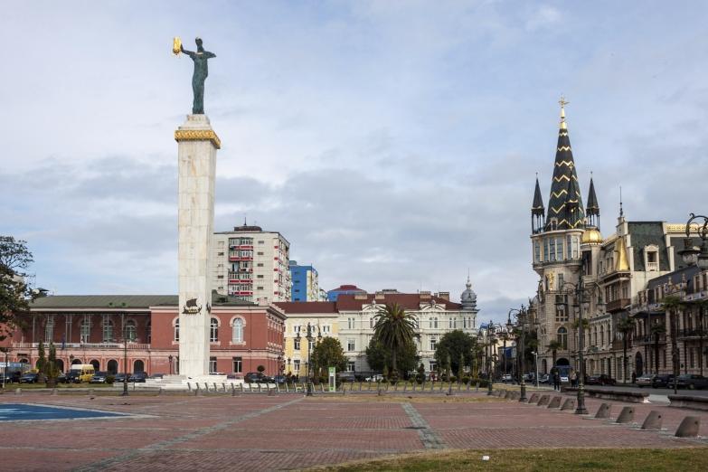 Площадь Эра со статуей Медеи