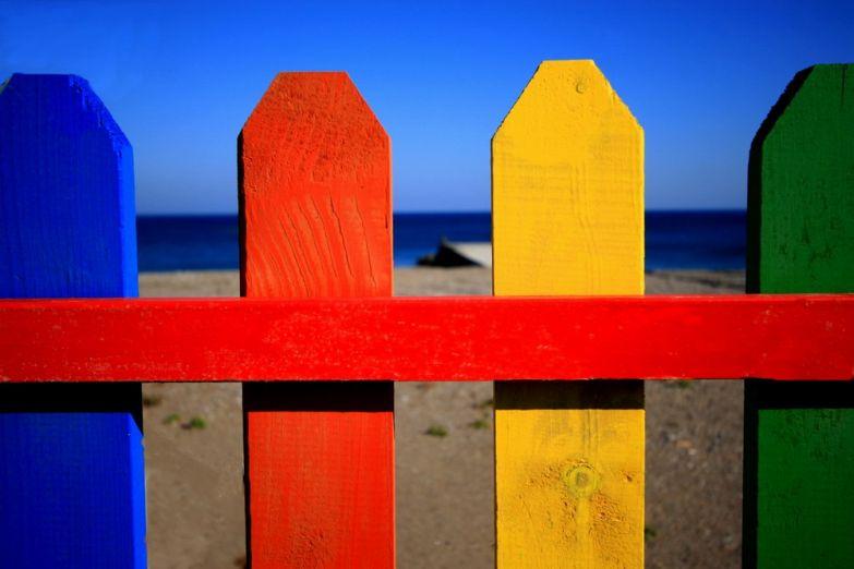Разноцветный забор на одном из пляжей Родоса