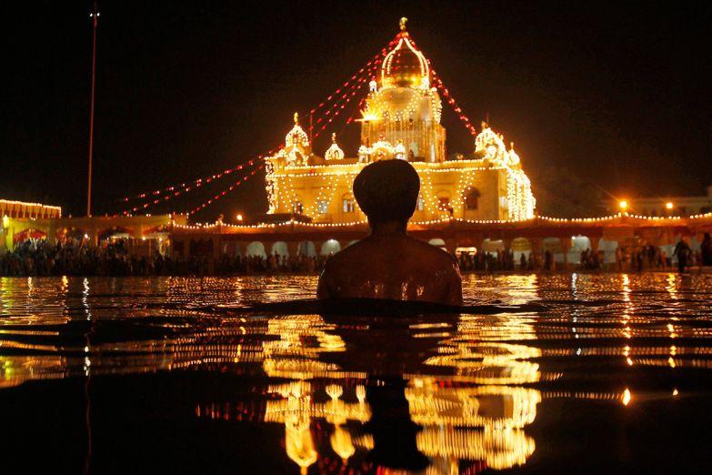 Вечерний ритуал перед храмом Бангла Сахиб