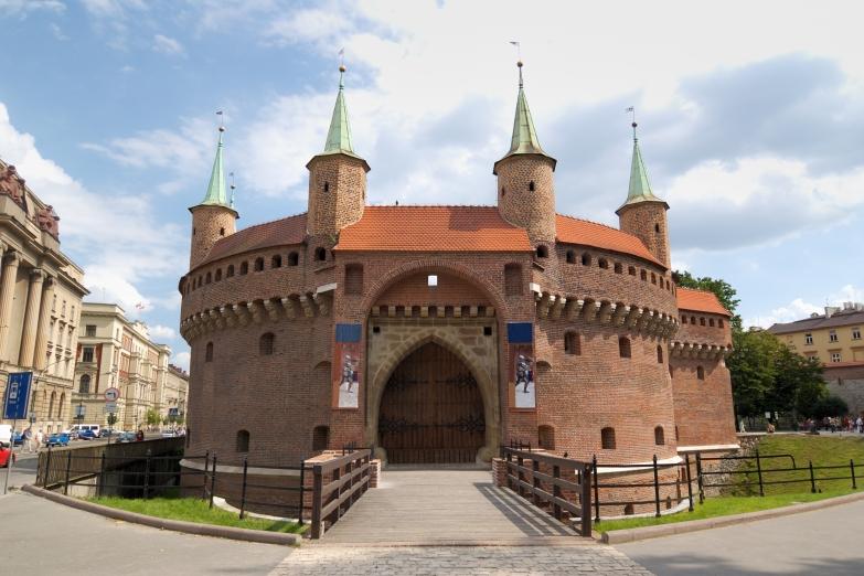 Крепостная башня Барбакан в Кракове