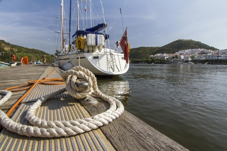 Пришвартованная яхта